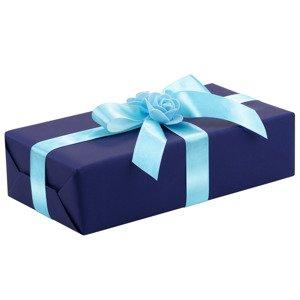 Ręczne pakowanie prezentu - niebieska tasiemka, całość zapakowane w ozdobny papier