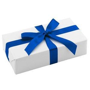 Ręczne pakowanie prezentu - niebieska wstążka, całość zapakowane w ozdobny biały/ecru papier