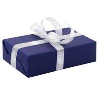 Ręczne pakowanie prezentu - srebrna tasiemka, całość zapakowane w ozdobny papier