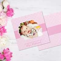 Różowa kartka na chrzest ze zdjęciem dziecka oraz aniołkiem